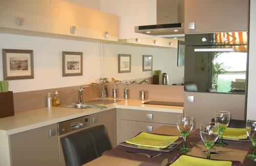 Location de vacances appartements villas en bord de mer for Cuisine americaine equipee